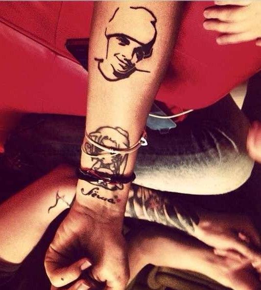 Татуировка в виде надписи имени сына