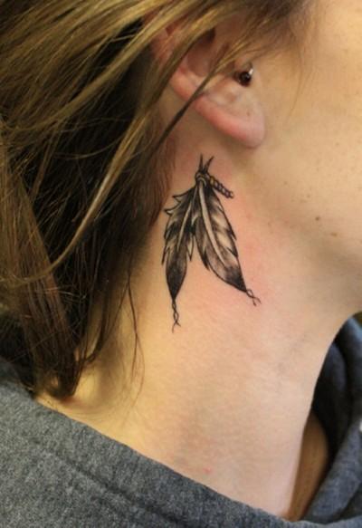Тату на шее девушки в виде двух перьев