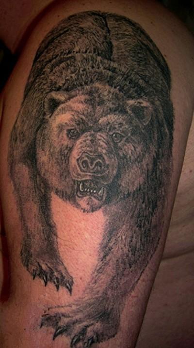 Татуировка на плече у парня медведь