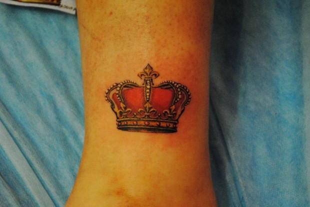 Фото цветная тату корона у девушки на