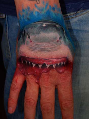 Цветная тату на кисти парня акула