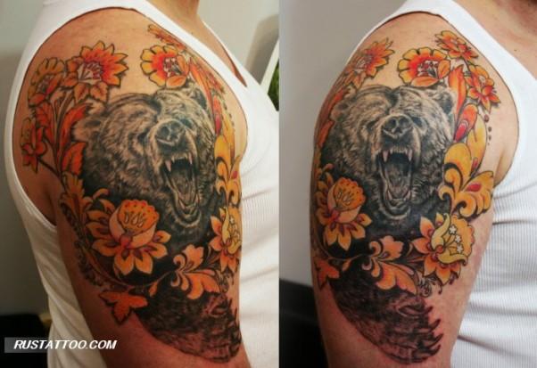 Цветная тату на плече парня медведь