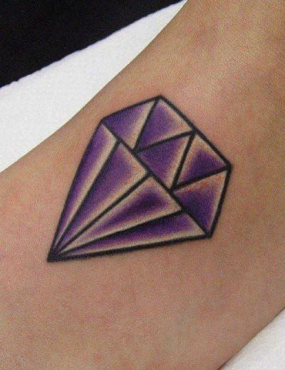 Цветная тату в виде бриллианта