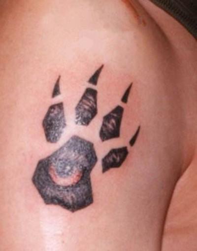 Тату лапа волка на плече