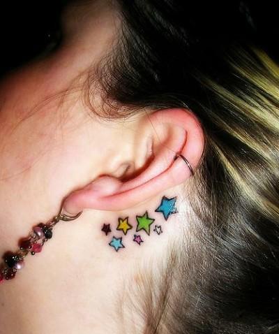 В виде звездочек у девушки за ухом