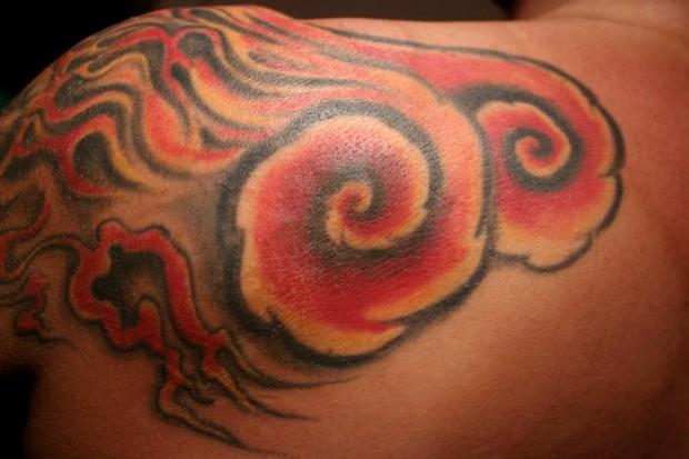 Цветная татуировка на плече огонь