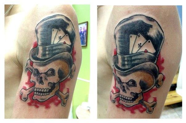 Тату на плече парня череп с костями
