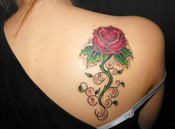 Тату на спине у девушек розы