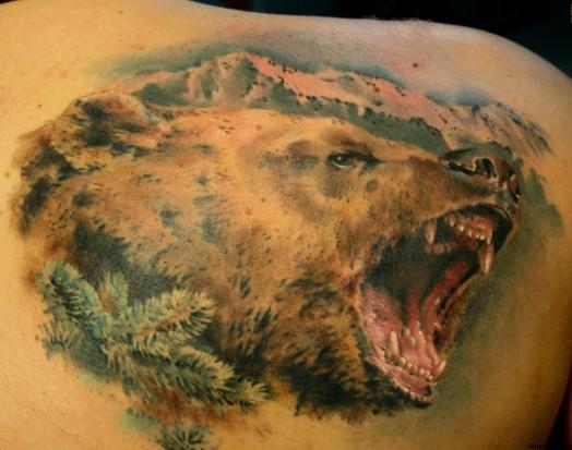 Тату в виде медведя на спине