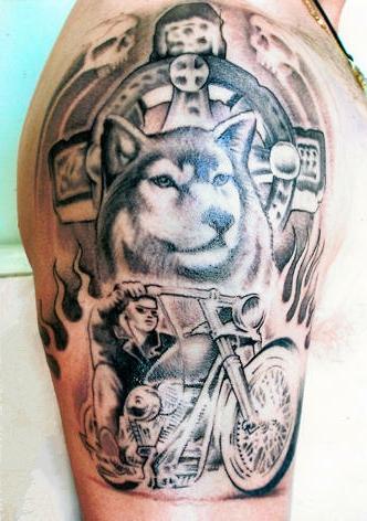 Тату в виде волка и парня на мото