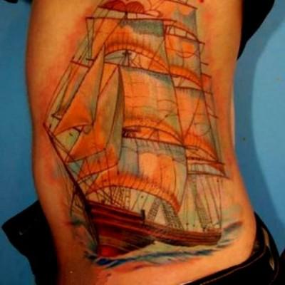 Татуировка корабль на теле