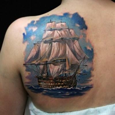 Татуировка на спине корабль в море