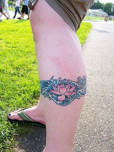 Татуировка в виде лотоса на ноге