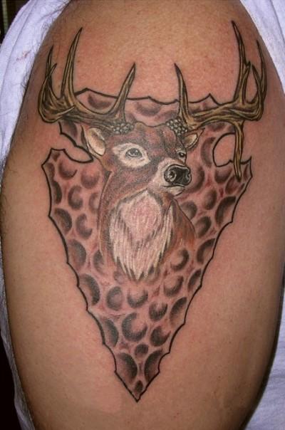 Татушка в виде оленя на плече