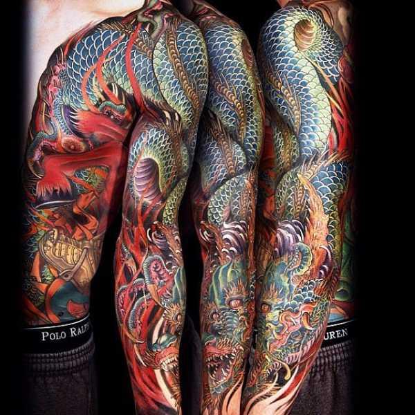 Модель Отважилась Показать Свою Татуировку На Спине И Для Этого Голой Красуется Своим Телом.